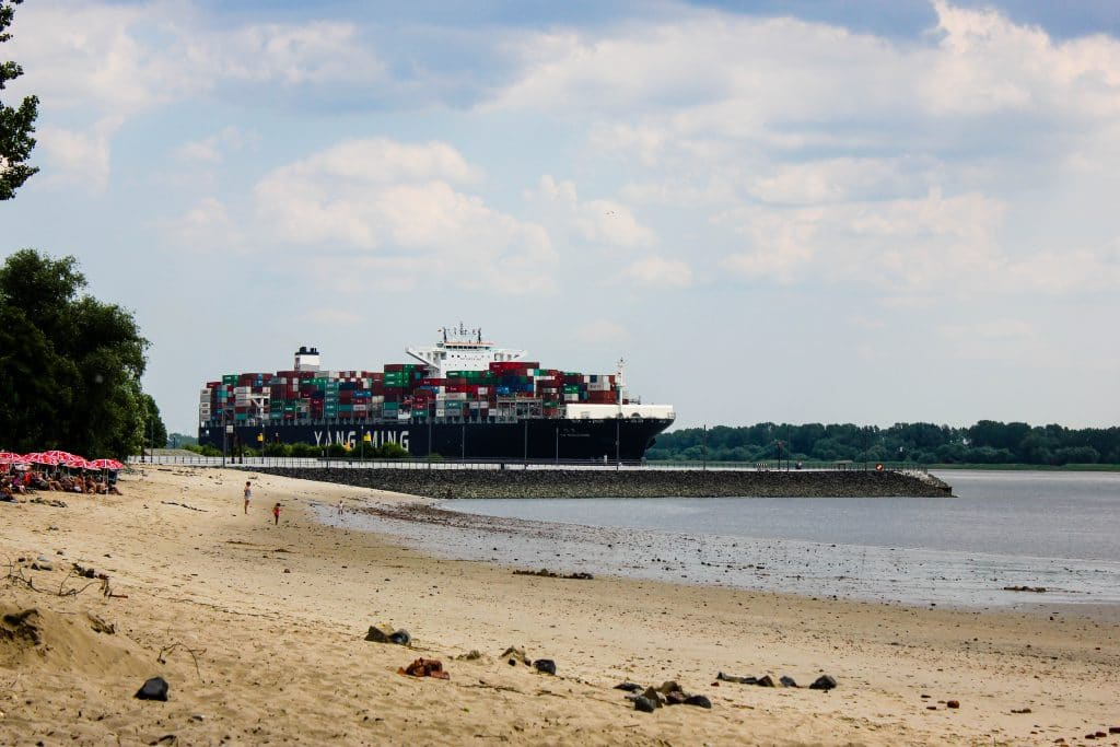 Containerschiff Wedel Elbstrand