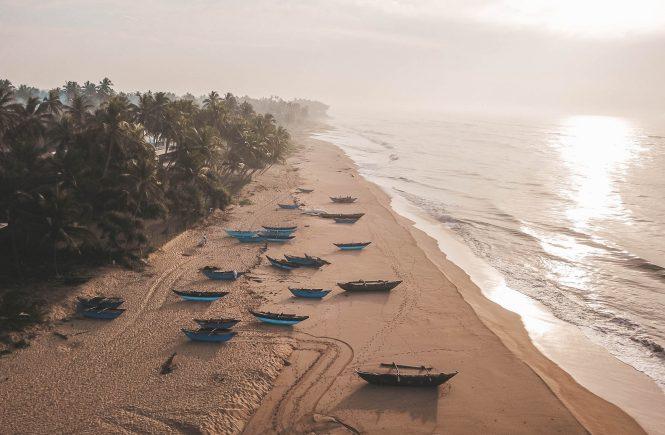 strand in ranna, tangalle sri lanka mit fischerbooten aus drohnenperspektive