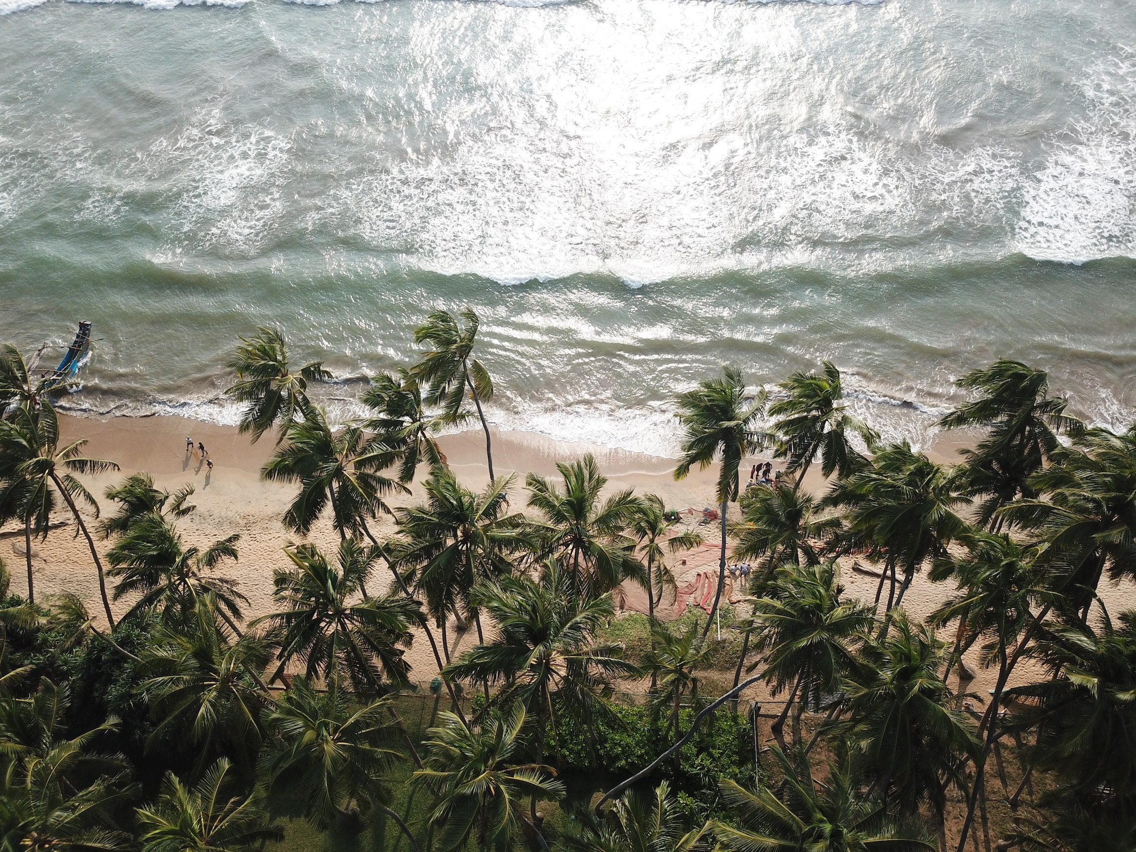 fotografie mit drohne strand sri lanka fischerboot