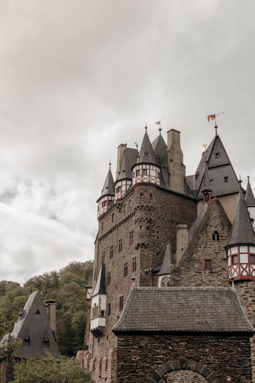 Burg Eltz in Rheinland Pfalz, Deutschland, von der Seite