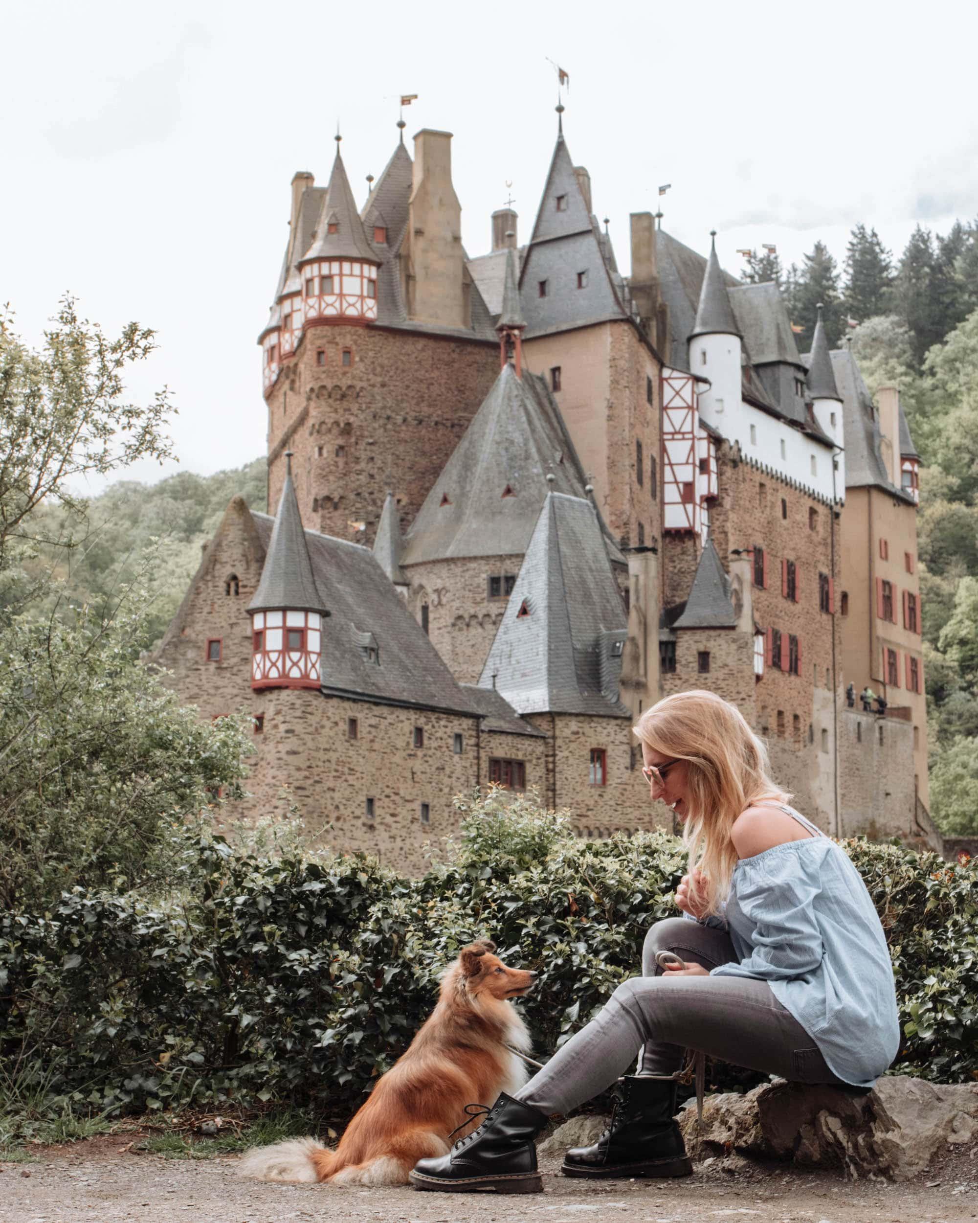 Burg Eltz mit Hund