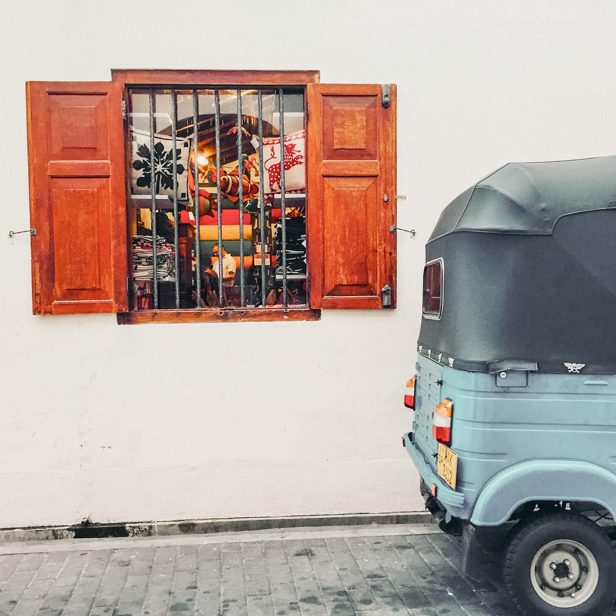 Shopfenster in Galle Fort mit Tuktuk