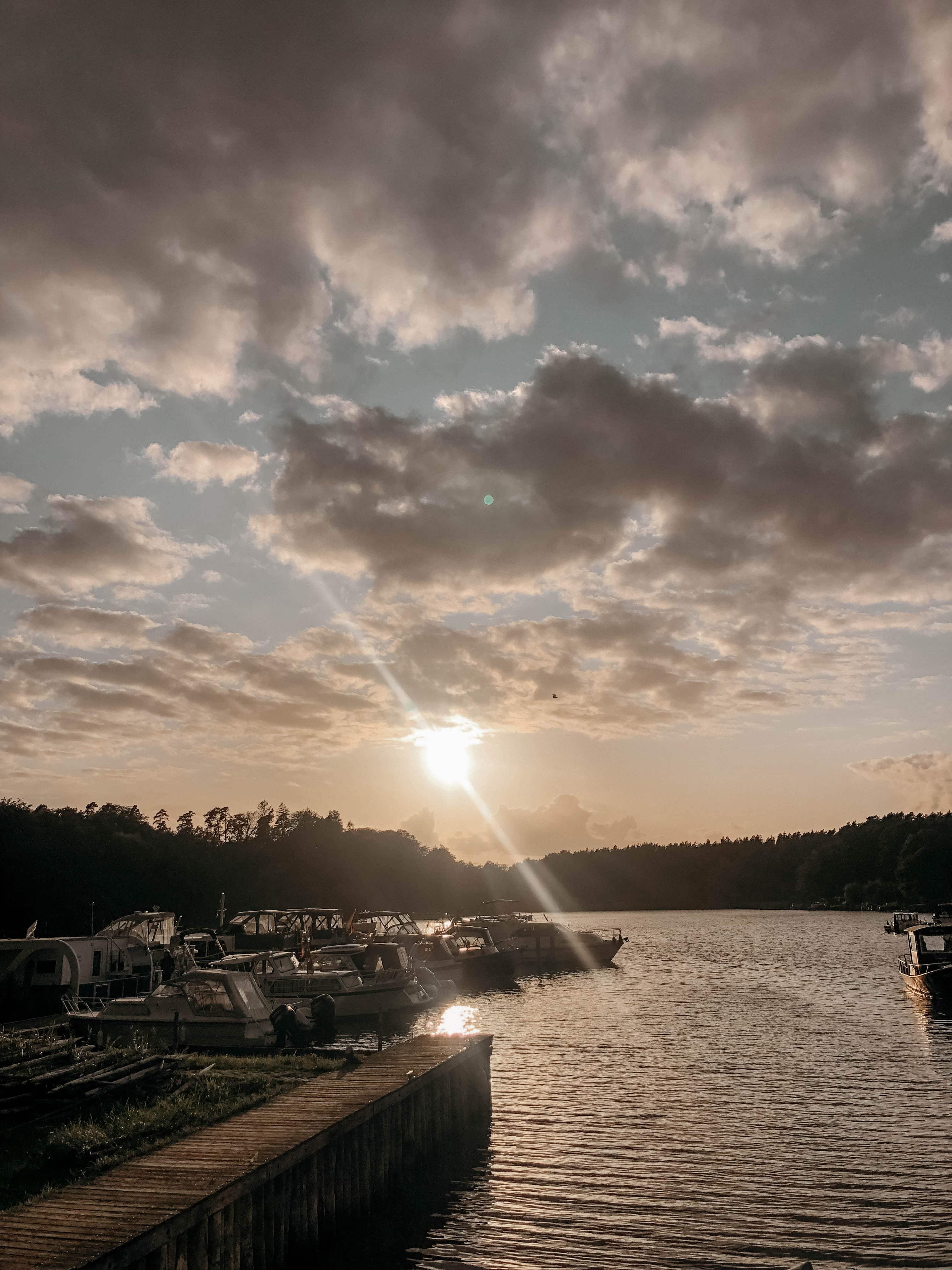 sonnenuntergang über einem see vom hausboot