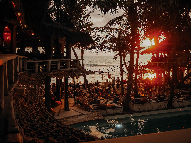 la brisa beachclub am strand abends in canggu auf bali