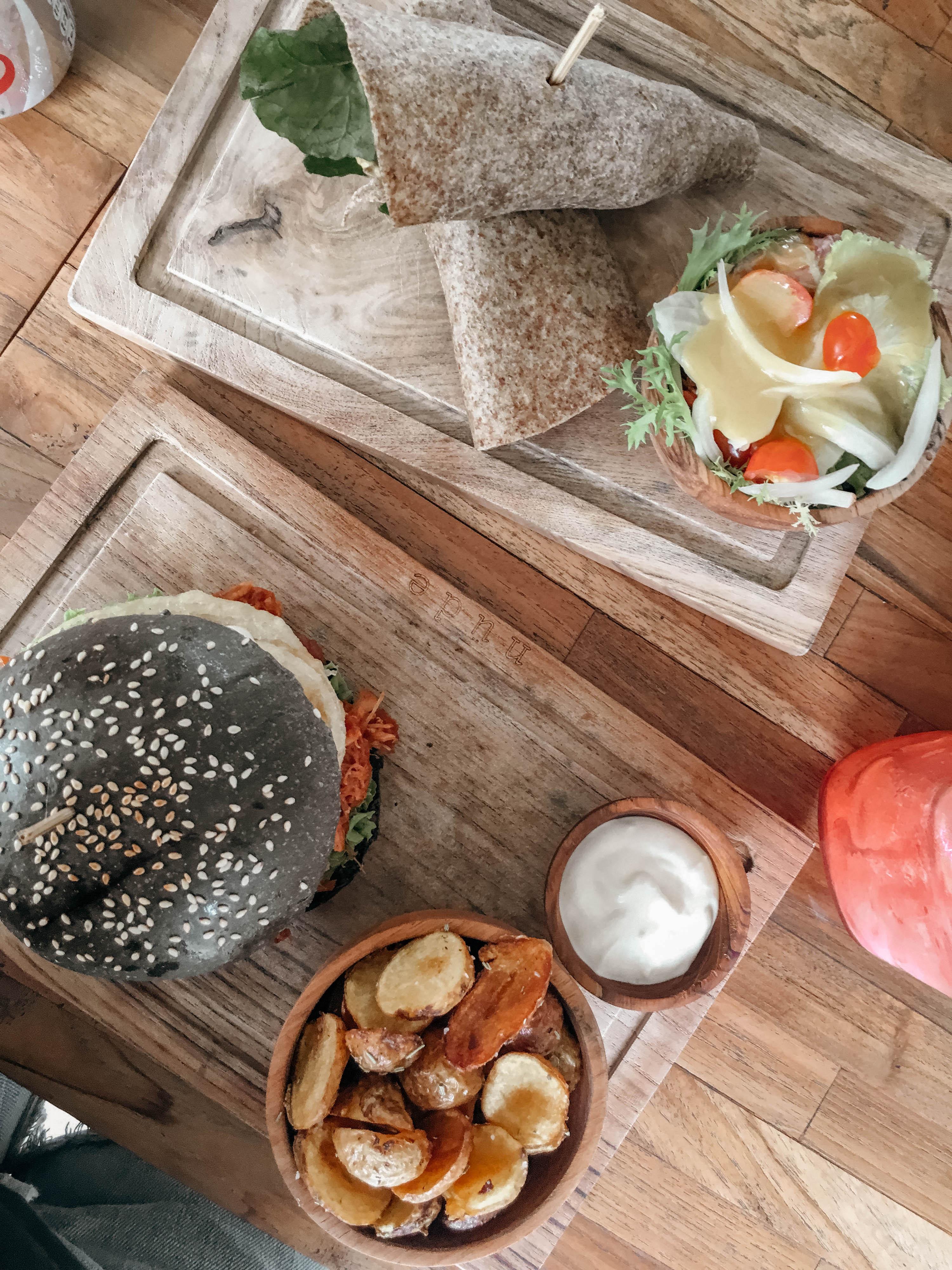 burger und wraps und smoothie im nude cafe in canggu auf bali