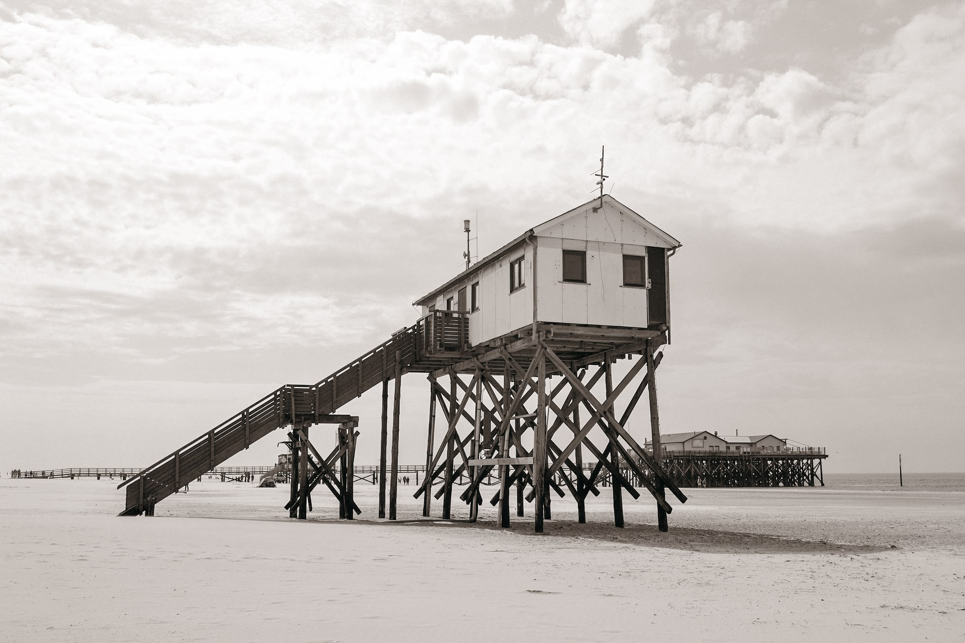 st. peter ording im winter pfahlbauten