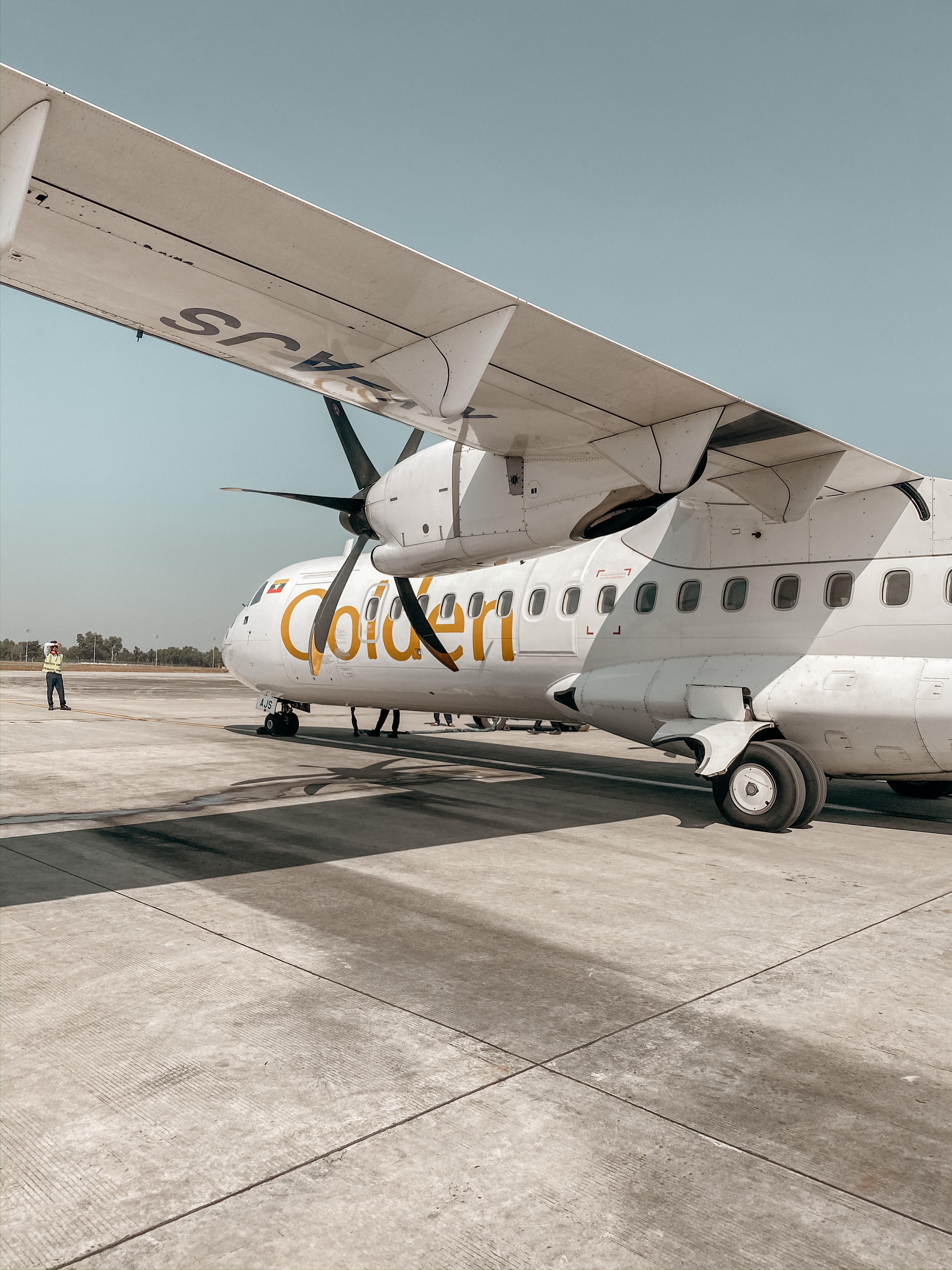 flugzeug golden myanmar airways airline myanmar