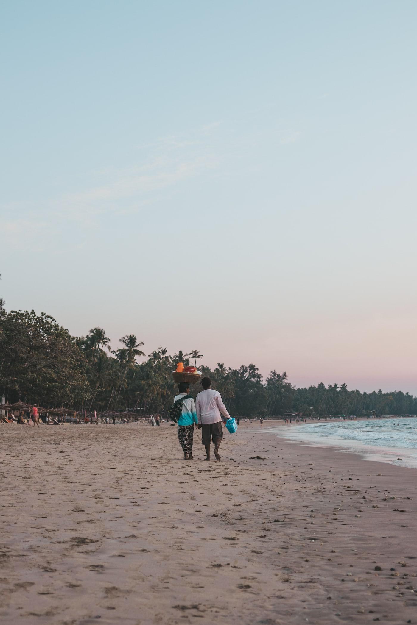 einheimische am strand ngapali beach
